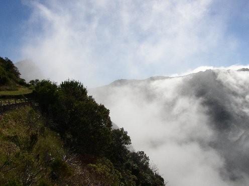 Montée vers le volcan, atmosphère nuageuse et mystèrieuse!