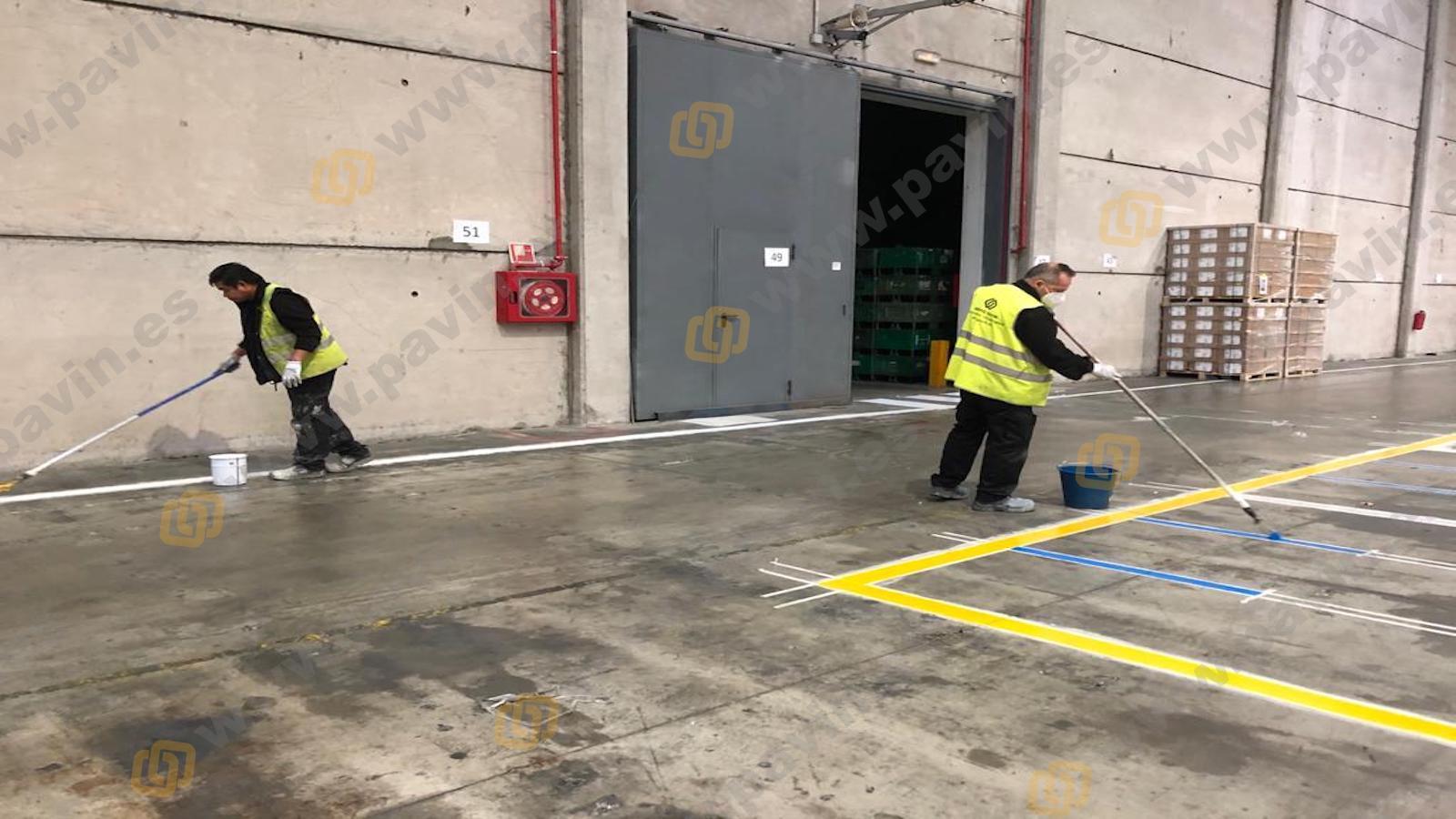 Señalización vial en los pavimentos industriales con resina