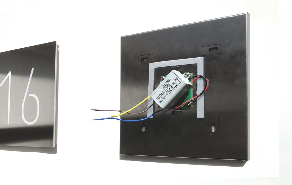 Durch die Montage auf einer Unterputzdose sitzt der LED-Treiber der Gehäuserückseite sicher in der Dose.