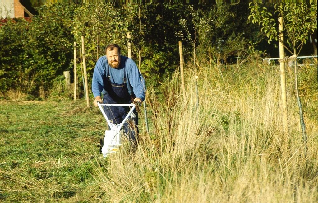Im Bereich der Bäume erfolgt die Grünlandpflege mit dem Balkenmäher