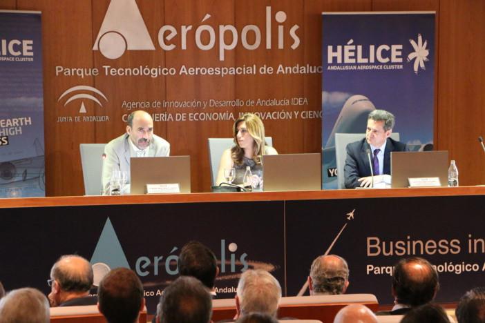 De izquierda a derecha: Miguel Ángel Morell (director de Ingeniería de aviones militares de Airbus DS), Susana Díaz (presidenta de la Junta de Andalucía), y Antonio Gómez-Guillamón (presidente del Consejo de Acción Empresarial de HÉLICE).