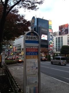 「三井住友信託銀行」の正面、道沿いにあります。