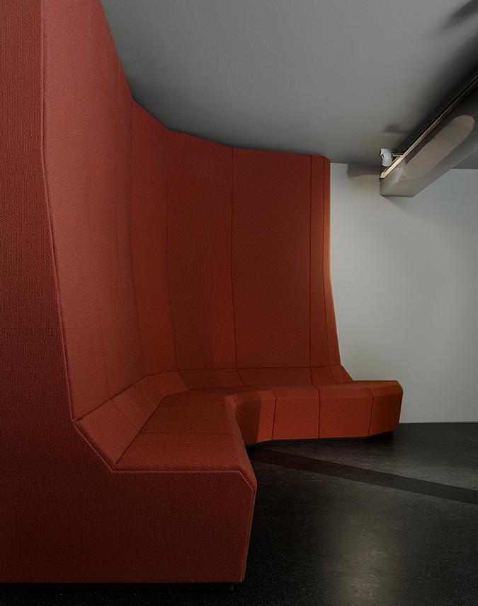 Sitznische von formverleih, entworfen für den Videoraum des Museums 642 Pössneck