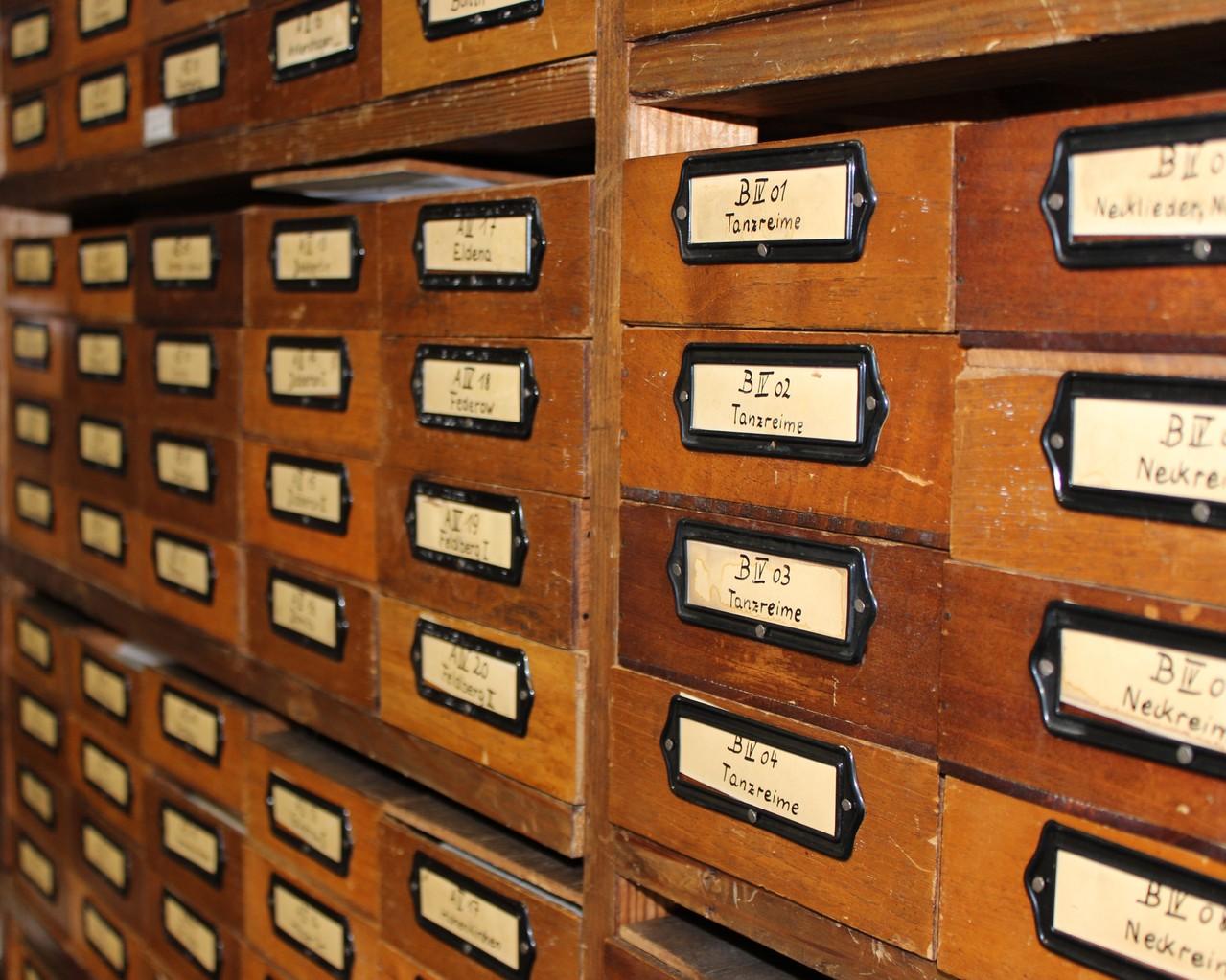 Richard Wossidlo legte seine Aufzeichnungen in Zettelkästen systematisch ab.