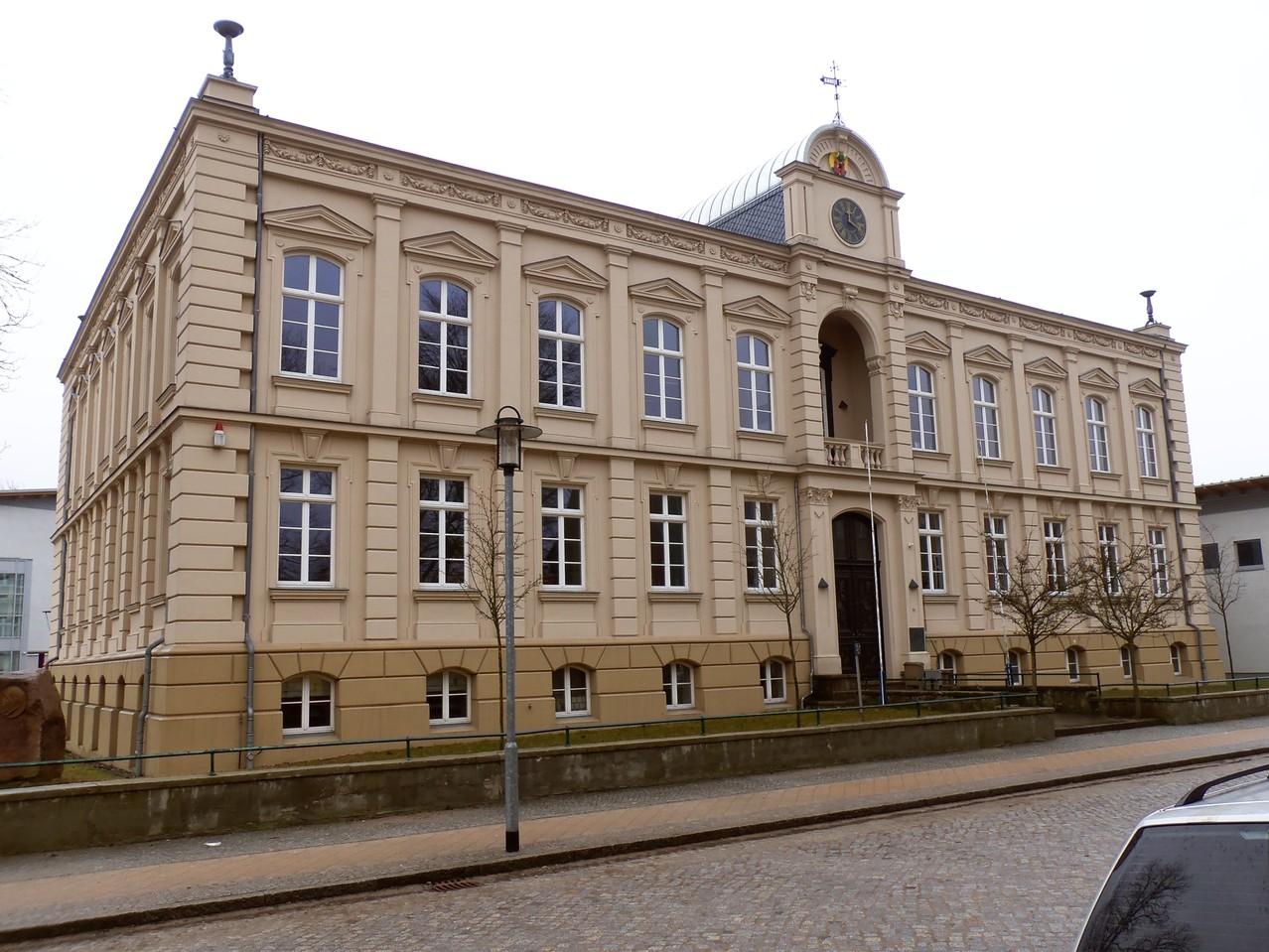Das Gymnasium, in dem Wossidlo lehrte, gibt es bis heute und trägt weiterhin seinen Namen.