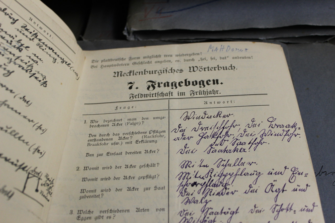 In Fragebögen, die durch Korrespondenz in Mecklenburg verteilt wurden, bat Wossidlo um Antworten zu verschiedenen Themen, die Volkskunde betreffend.