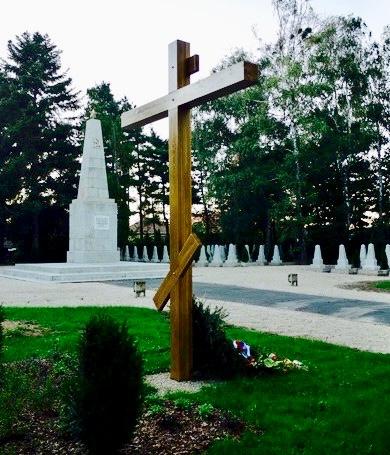 Памятный крест, установленный в 2010 г. на воинском кладбище в г. Залаэгерсег