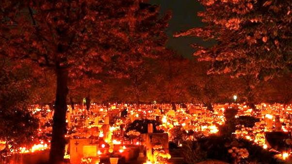 Венгерское кладбище в вечернее время в День Всех Святых