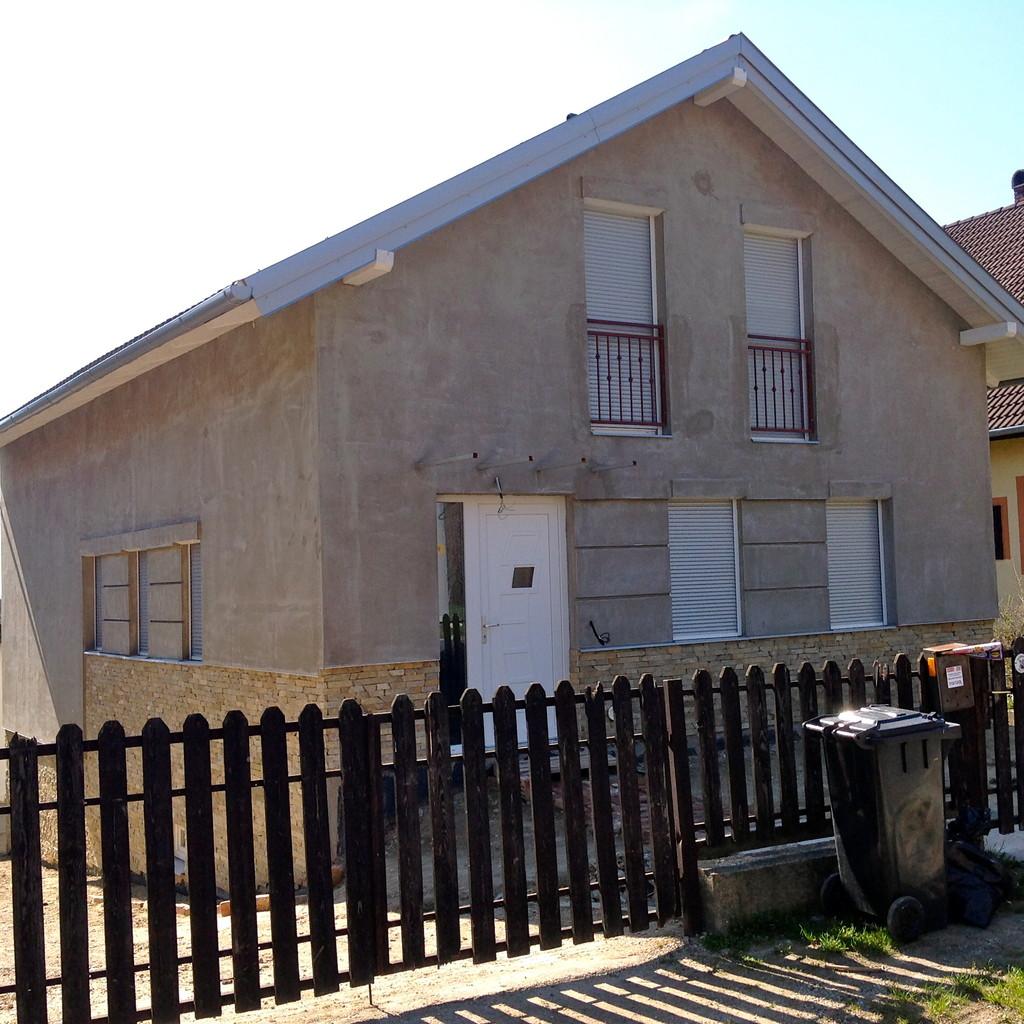 Старый сельский дом в процессе реконструкции