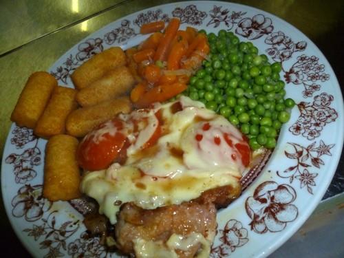 Poulardenschnitzel mit Tomaten und Käse