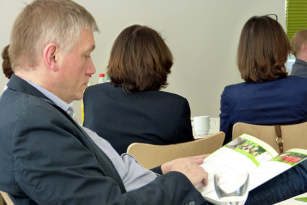 Dr. Thomas Südbeck, Leiter der HÖB Papenburg, schaut mal, was die KollegInnen in der HVHS nahebei eigentlich so machen. Sind doch ganz praktisch, diese Broschüren des Landesverbandes ...
