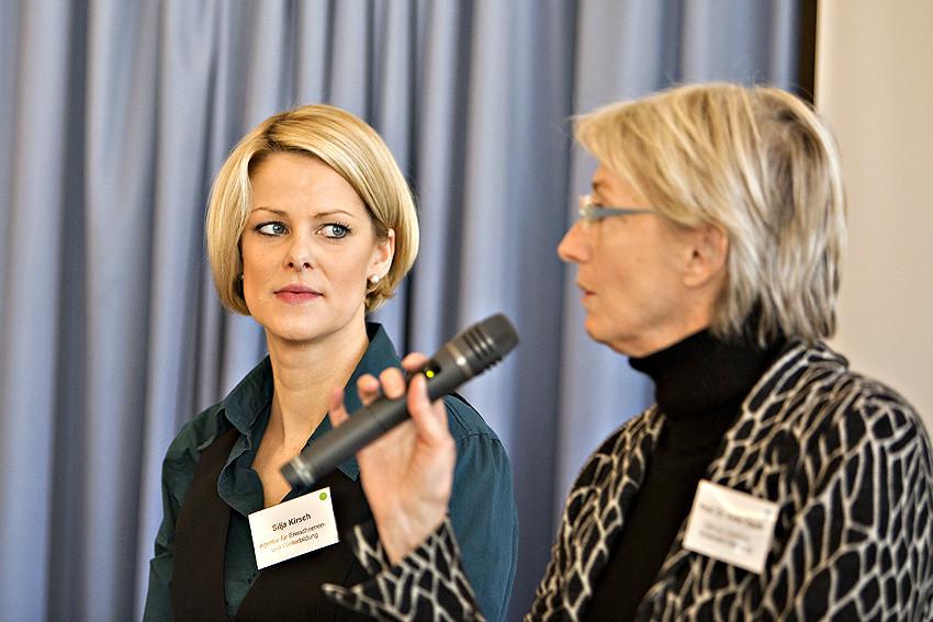 Zwei, die für die Offene Hochschule Niedersachsen kämpfen: Silja Kirsch von der Agentur für Erwachsenen- und Weiterbildung und Dr. Anke Hanft (mit Mikrofon), Professorin der Uni Oldenburg, beim Podiumsgespräch.