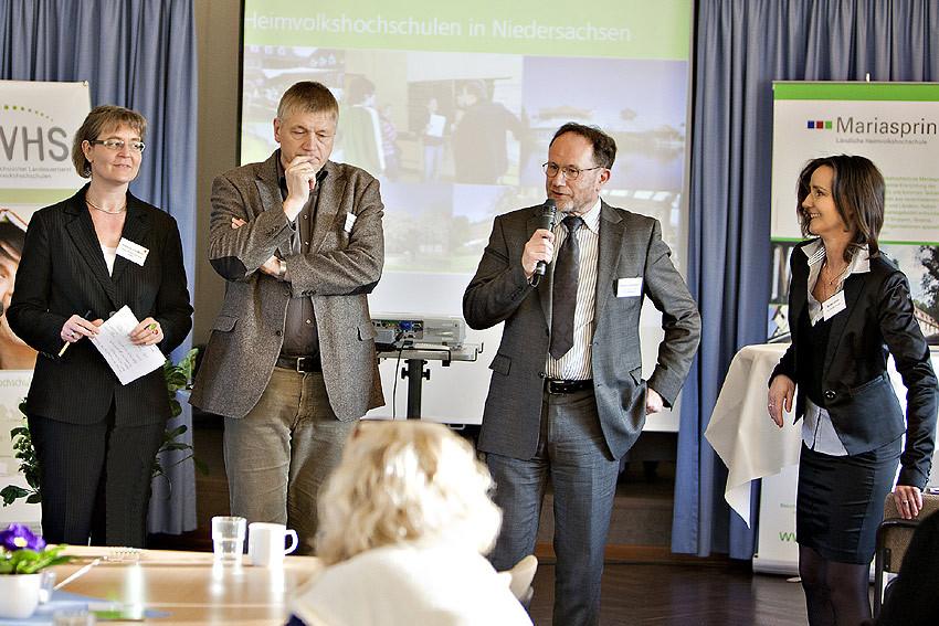 'Häufig wurde gefragt, wie die Projekte eigentlich entstanden sind', berichtet Wolfgang Borchardt in der Abschlussrunde nach dem Gallery Walk (im Bild mit Mikrofon). 'Die Antwort: Voraussetzung sind funktionierende Beziehungen.'