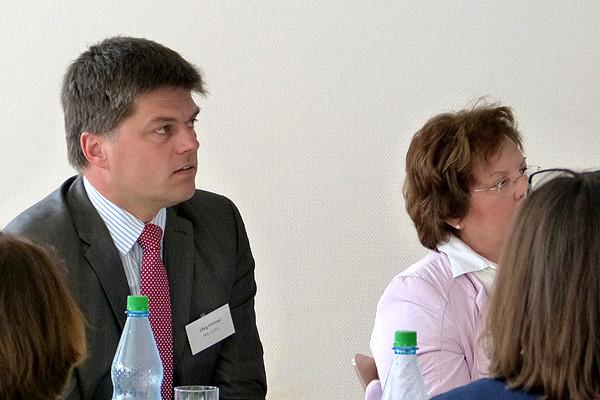 Jörg Hillmer, erwachsenenbildungspolitischer Sprecher der CDU, hört überall im Land viel Gutes über Heimvolkshochschulen. Das sagt er in der Diskussion über den Vortrag.