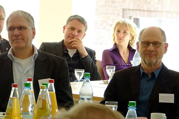 Ottmar von Holtz (links), erwachsenenbildungspolitischer Sprecher der Grünen, umgeben von HVHS-PädagogInnen (von links: Jürgen Klaasen, Ilka Netzebandt, Dr. Rainer Marbach).