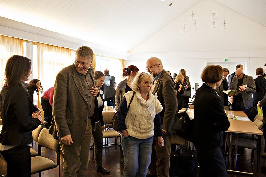 In einer HVHS wird nicht nur im Sitzen getagt: Thomas Südbeck (2. von links), Leiter der HÖB Papenburg, freut sich über die Findungsphase zum Gallery Walk.