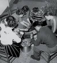 In den 50er Jahren: Lerngruppe beim Kartoffelschälen im Europahaus Aurich