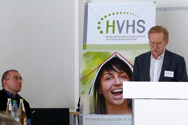 Gerd Schumacher, stellvertretender Vorsitzender, kommentiert die Ergebnisse für den Verband. Dr. Falko von Ameln lauscht gespannt.