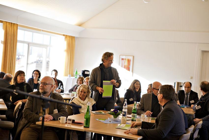 Grün ist die Hoffnung und die Farbe der Heimvolkshochschulen. Ulli Klaum, Leiter der Akademie Waldschlösschen, fungiert beim Gallery Walk als Reiseleiter der Gruppe Grün.