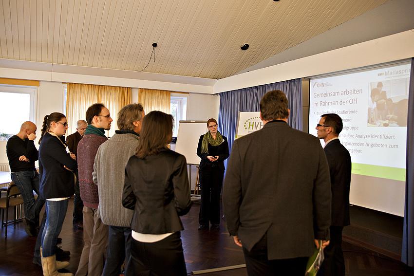 Gemeinsam stark: HVHS Mariaspring und  TU Clausthal präsentieren der Gruppe Grün beim Gallery Walk ihr erfolgreiches Angebot für ausländische Studierende.