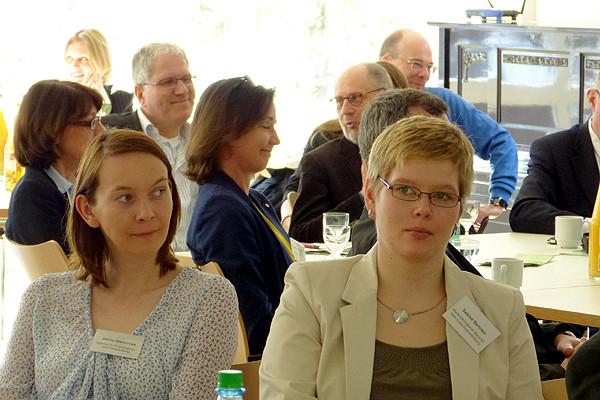 Ebenfalls an der Studie interessiert (von links): Dr. Janou Glencross (Agentur für Erwachsenen- und Weiterbildung) und Sabine Bertram (nbeb).