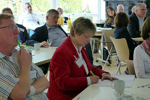 Der Vortrag liefert interessante Denkanstöße. Gertrud Völkening (Agentur für Erwachsenen- und Weiterbildung) macht sich Notizen.
