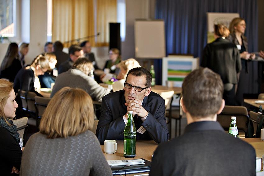 Die Kaffeepause ist ideal zum Austausch. Dr. Jörg Schröder von der TU Clausthal nutzt sie für ein Gespräch mit  HVHS-Pädagoginnen.