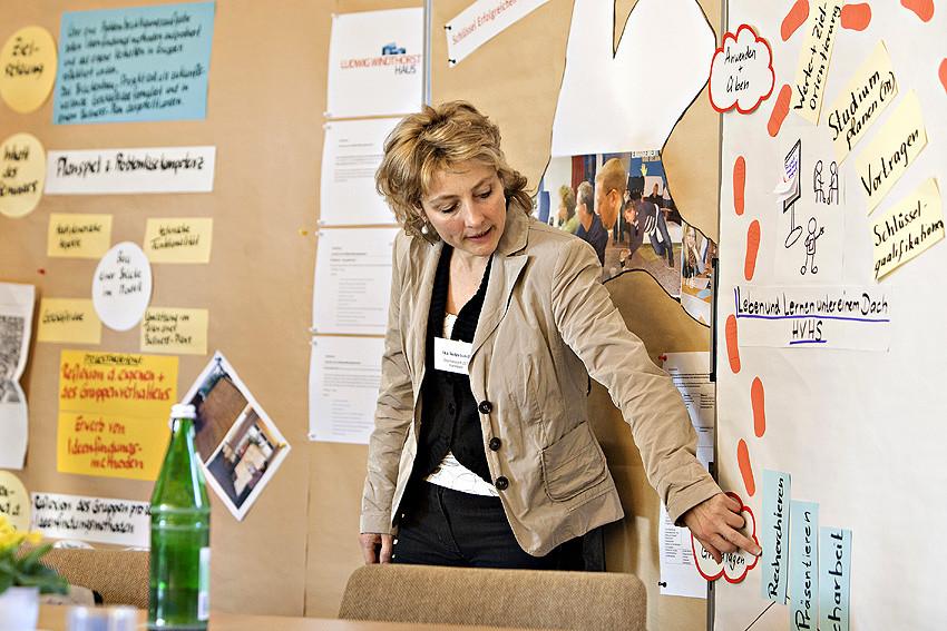 Sie kann es erklären: Ilka Netzebandt, pädagogische Mitarbeiterin im Stephansstift ZEB, berichtet von dem Angebot der HVHS für Studienanfänger.