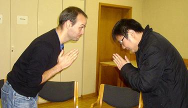 Verbeugung auf chinesisch im HVHS-Seminar für Studierende aus dem Auslang