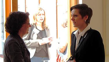 Geschäftsstellenleiterin Annette Volland (links) im Gespräch mit Anna Zagadullin vom Ministerium für Wissenschaft.