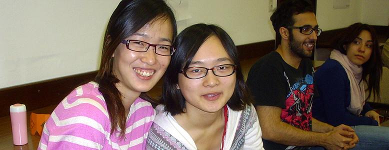 Junge Chinesinnen im HVHS-Seminar für Studierende aus dem Ausland.