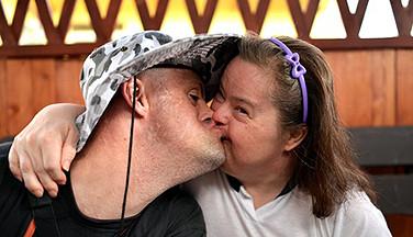 Ein Kuss - Bild zur Weiterbildung Sexualität und Behinderung