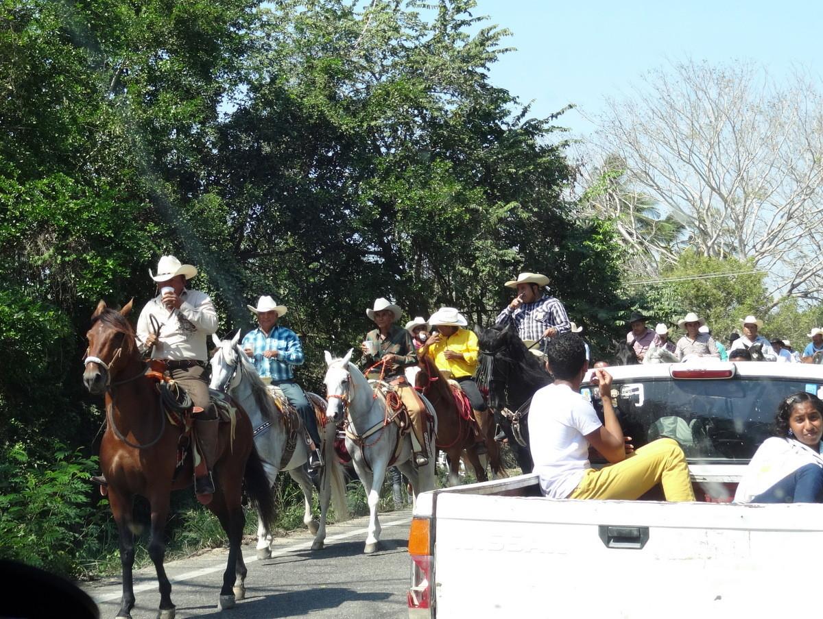 …Reitern die mit einem Bierchen in der Hand die Straße belagerten.