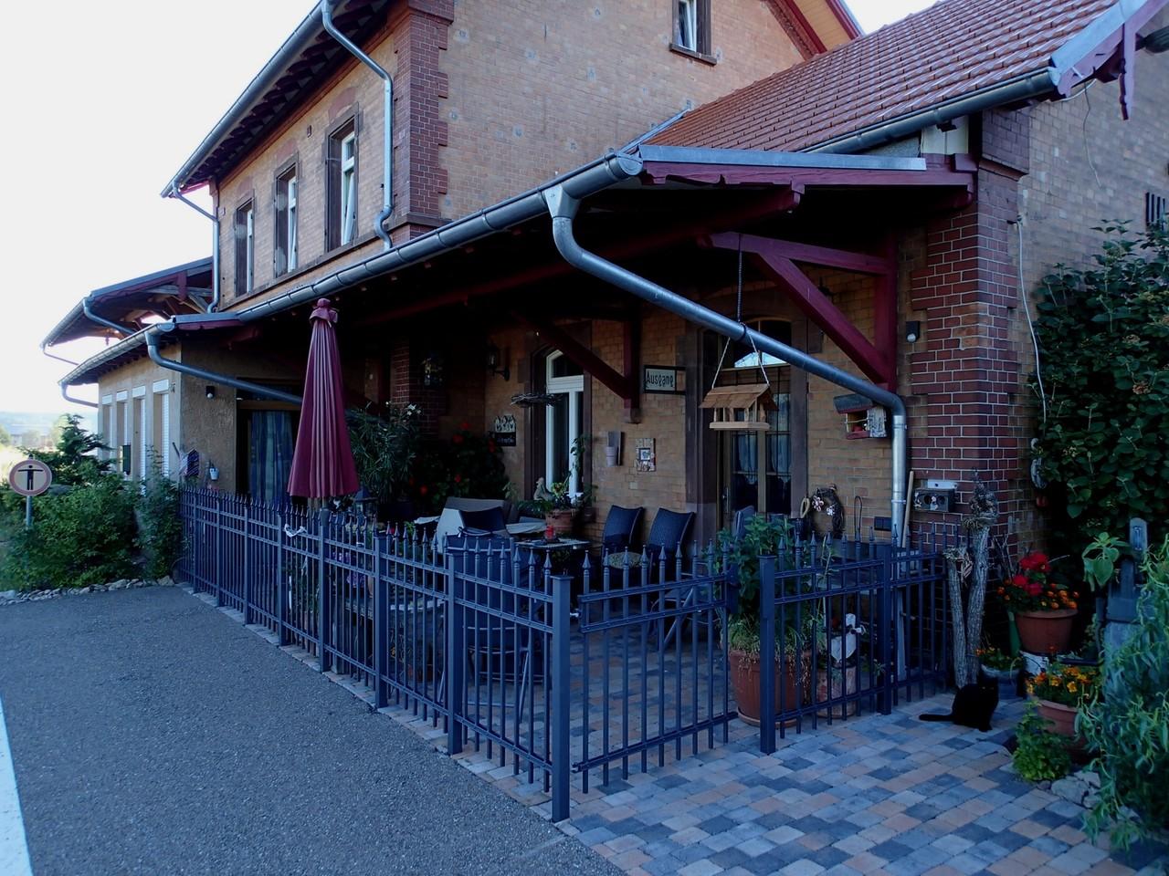 Ferienpension und Oldtimerhotel in Löffingen, von der Bahnsteigkante