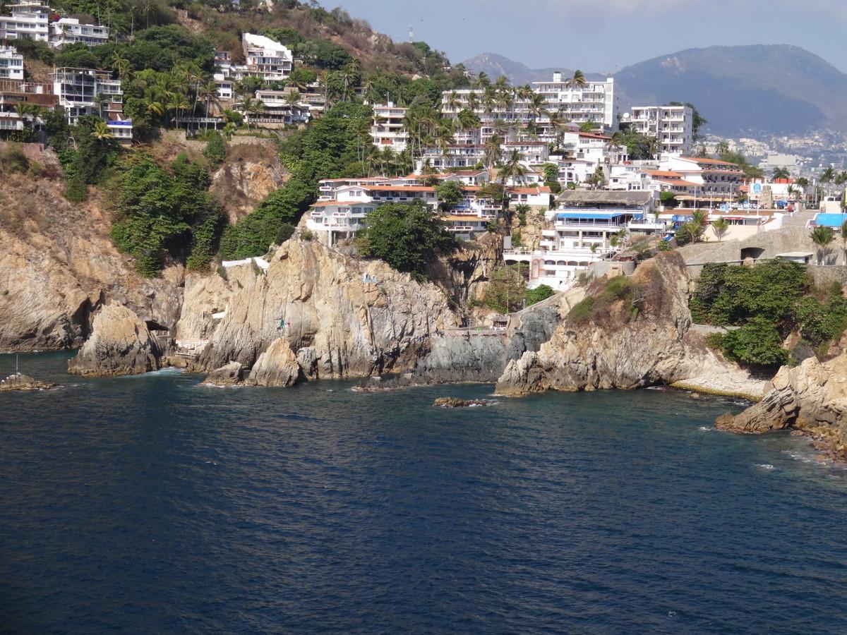 """Zwischen den Felsen springen die """"Klippenspringer von Acapulco"""", allerdings nur bei Dunkelheit?!"""