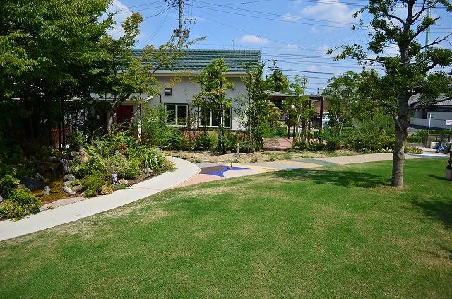家庭菜園からショールームへは広大な芝生広場が御座います。オーバーシーディング工法で冬でも青い芝生をご覧いただけます