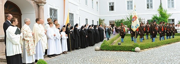 Traditionally, the ceremonial procession to and from the minster is headed up by the Endorf Shooting Company and a brass band. It ends with a salute in the courtyard of the monastery.