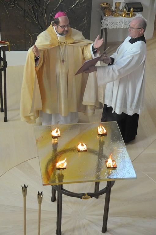 im heiligen Mahle. Dieser Altar sei uns ein Bild des Herrn Jesus Christus, aus dessen geöffneter Seite im Wasser und im Blut die Sakramente der Kirche hervorgehen. Dieser Altar sie die festliche Tafel, um die sich die Tischgenossen Christi