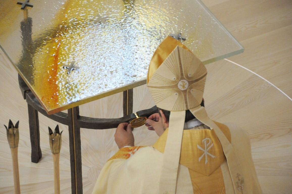 Darum setzen wir nun die Reliquien der seligen Irmengard und des heiligen Clemens in diesem Altar bei.