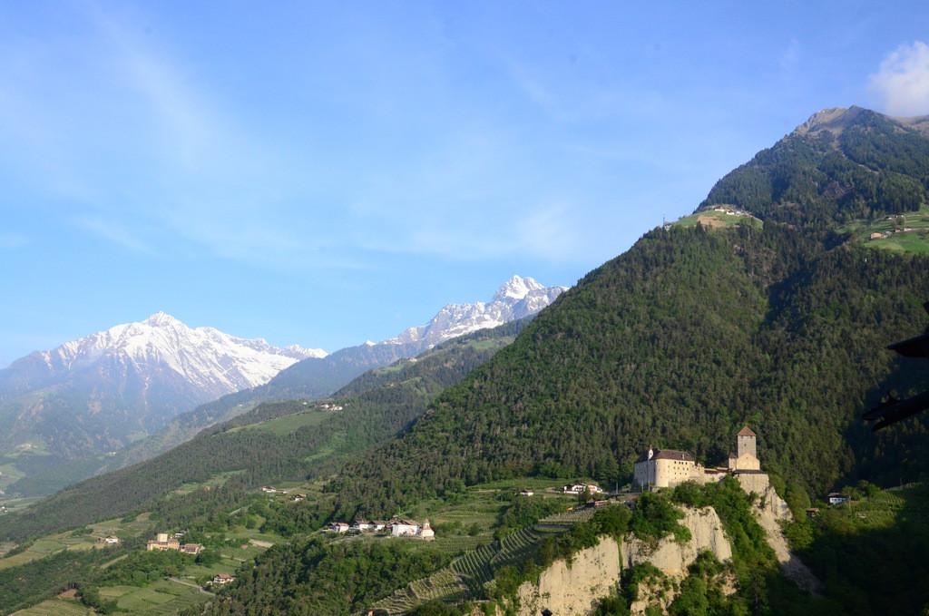 Blick von unserem Balkon auf Schloss Tirol