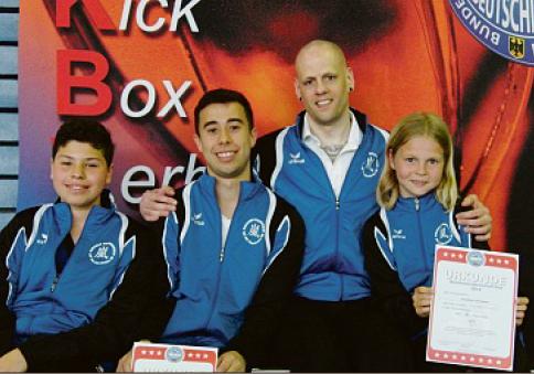 v.l.n.r.: Chafik Bouzraa, Alexander Alizadeh, Frank Stretz (Trainer), Jonathan Schneider (Foto: privat)