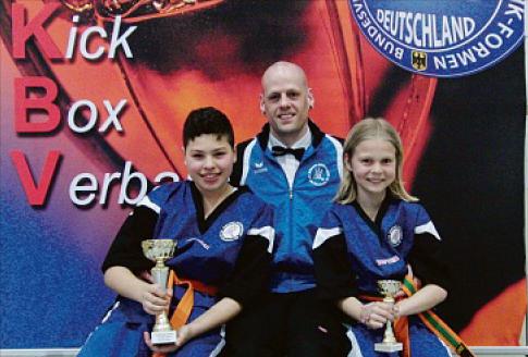 v.l.n.r.: Chafik Bouzraa, Frank Stretz (Trainer), Jonathan Schneider (Foto: privat)