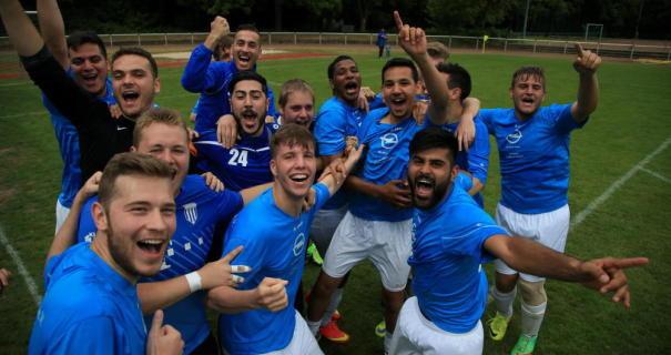 Freude bei den Spielern des SV Flörsheim: Der Wiederaufstieg ist geglückt.