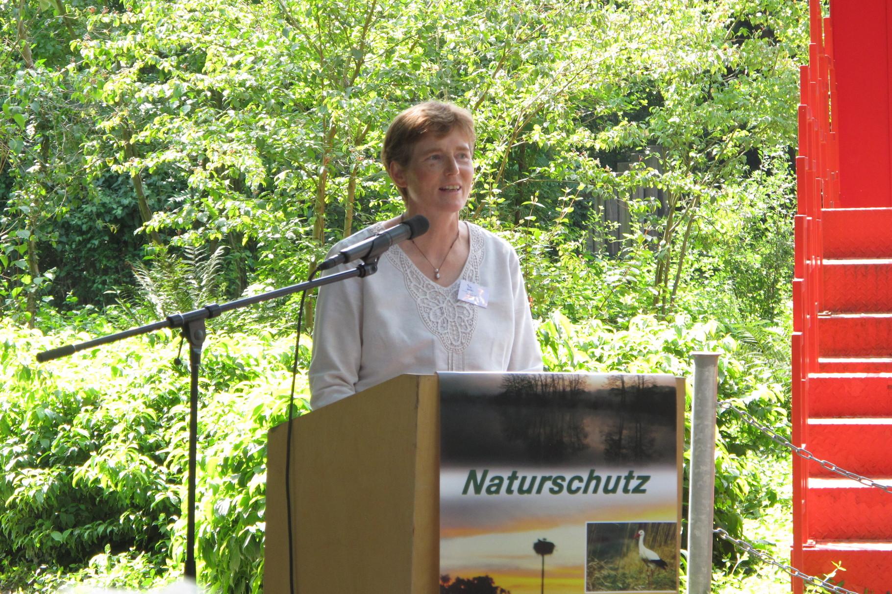 Die stellvertretende Vorsitzende Stefanie Tilg verliest das Grußwort des Umweltministers