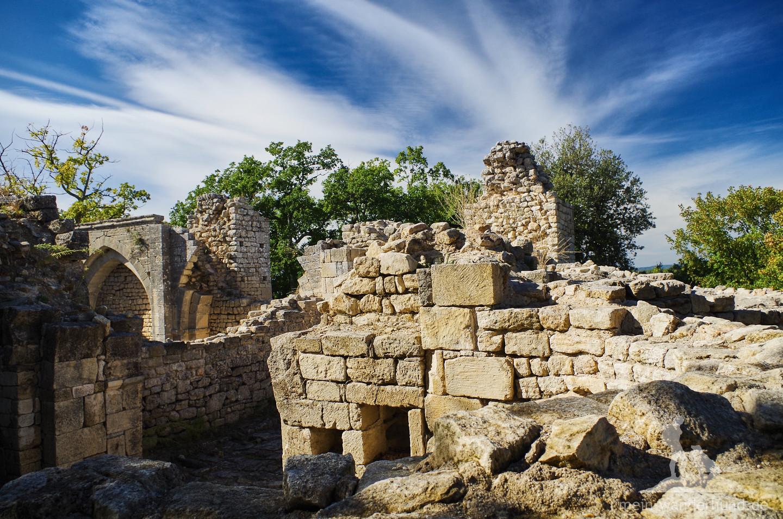 Manche der alten Mauern sind noch gut erhalten ...