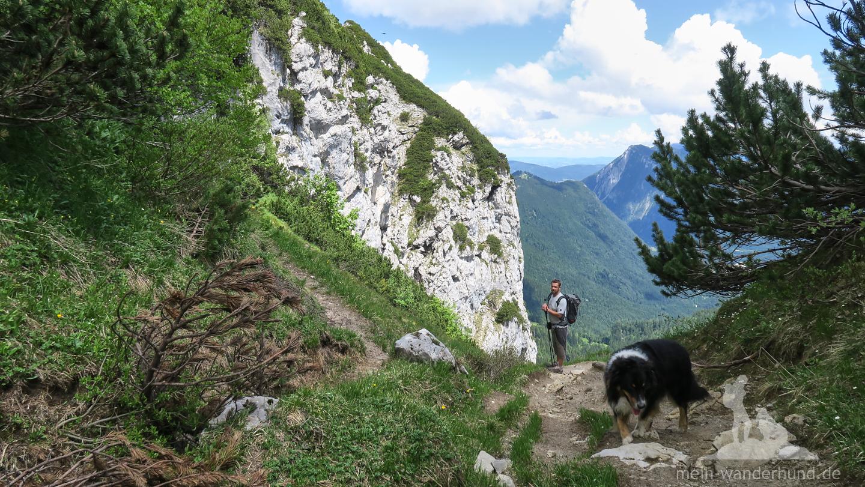 Der Abstieg führt zunächst an einem Schotterfeld ...
