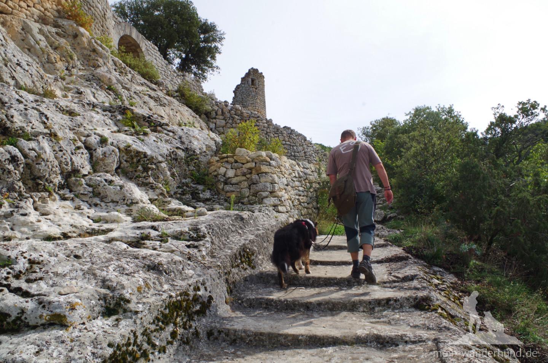 Nach dem Pfortnerhäuschen geht es auf breiten Stufen hoch zur Festung.
