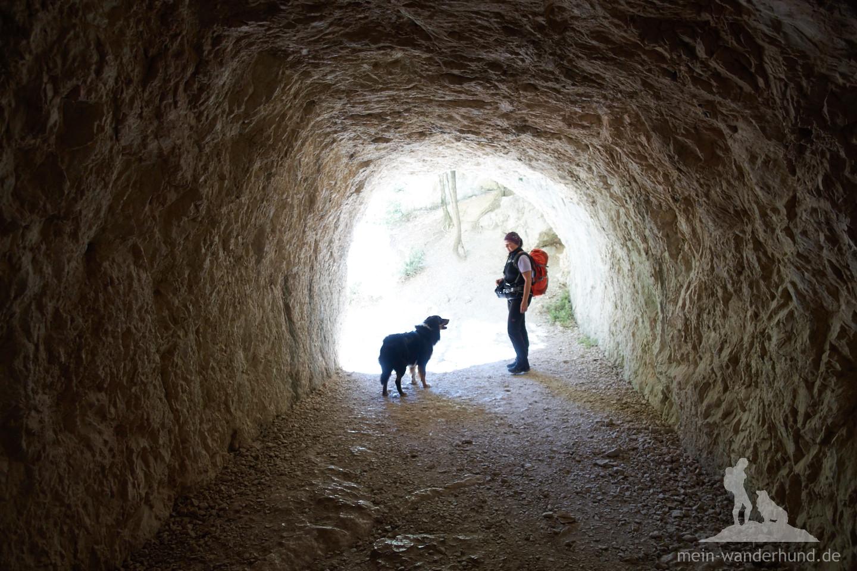 Unbedingt Taschenlampen mitnehmen - in den zwei Tunnel ist es rappelschwarz.