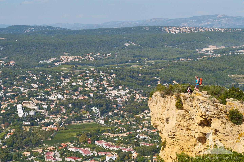 Mit Vierbeiner auf der steilsten Klippe Frankreichs.