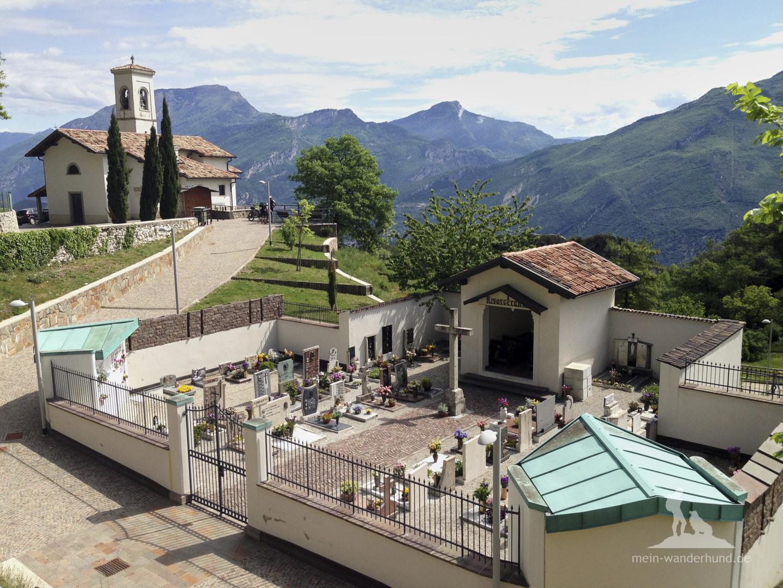 Wandern mit Hund Gardasee - Cima della Nara: Kirche Pregasina